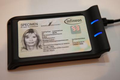 由英飛凌與德國 Bundesdruckerei 公司共同開發的全新安全智慧卡,大幅提高驗證和支付應用的安全性:在靜態密碼之外,於每次交易時,由卡片內的安全晶片另外產生一組動態 PIN, 並顯示於內建的 LED 顯示器上。