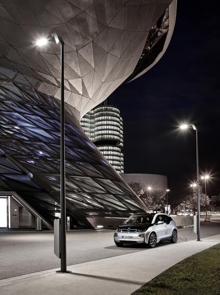 英飛凌與eluminocity 共同開發的智慧街燈提供安全的平台,具備可擴充的感測器中樞、資料處理與連網能力。運用現有的蜂巢式行動通訊基礎設施,並可協助為5G 的部署作好準備。